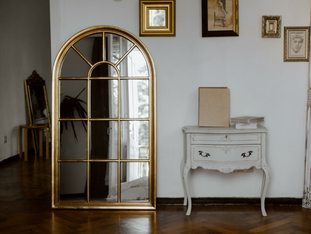 Large mirror leaning against the wall of a living room. Photo credit: Polina Kovaleva